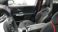 Particolare di volante e sedili della Mercedes GLA AMG45 2020