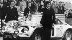 Pat Moss alla premiazione del Rally di Montecarlo 1974 quando arrivò 10a assoluta con la Alpine A110