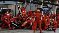 Paura al box Ferrari. Raikkonen investe un meccanico e si ritira dal GP Bahrain