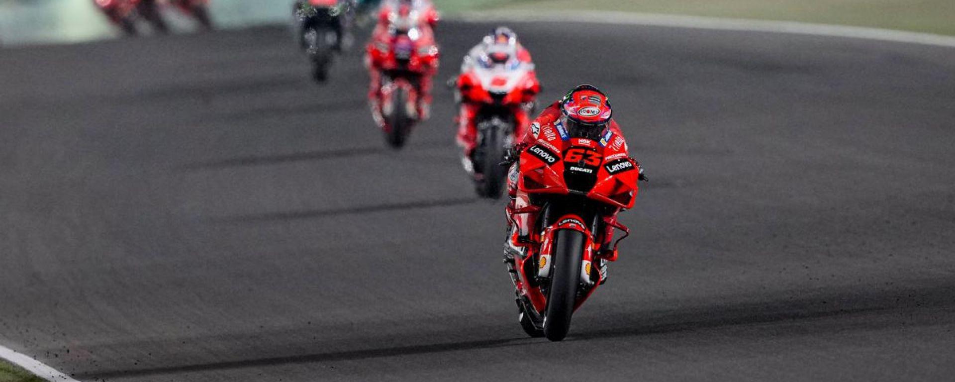 Pecco Bagnaia (Ducati) guida il gruppo al GP del Qatar