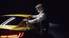 Peter Eckert, visual artist non vedente, fotografa la Volkswagen Arteon