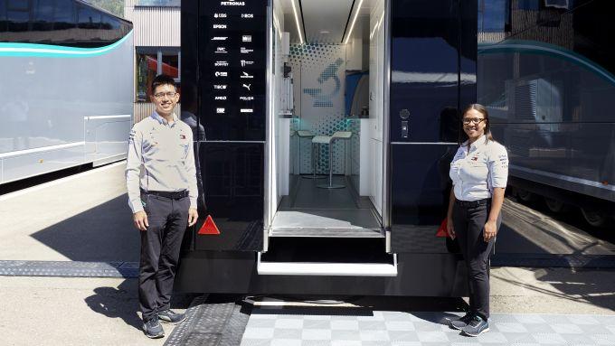 Petronas F1, En De Liow e Stephanie Travers davanti al loro... ufficio in pista