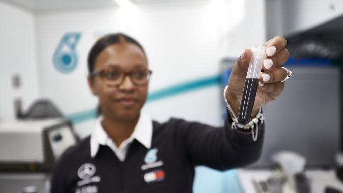 Petronas, Stephanie Travers analizza i fluidi della Mercedes di Hamilton e Bottas