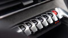Peugeot 3008 2021, i 7 tasti in plancia per richiamare i menu del touch screen
