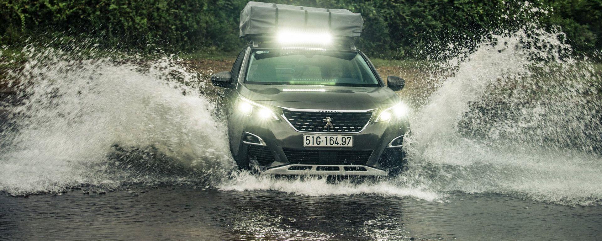 Peugeot 3008: allestimento off-road nel fiume