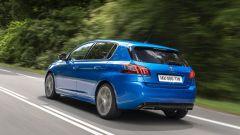 Peugeot 308 2021: visuale di 3/4 posteriore per la berlina