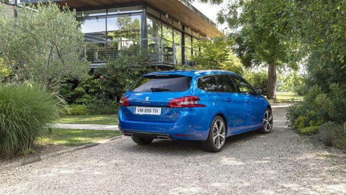 Peugeot 308 2021: visuale di 3/4 posteriore per la station wagon
