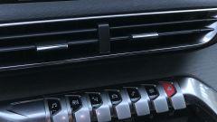 Peugeot 5008 2.0 BlueHDi EAT8 GT: i tasti in stile pianoforte e le bocchette centrali di aerazione