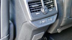 Peugeot 5008 2.0 BlueHDi EAT8 GT: il mobiletto del poggiabraccia anteriore con i comandi del climatizzatore e la presa 230V