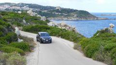 Peugeot 5008 2.0 BlueHDi EAT8 GT: la crossover francese sullo sfondo dell'ingresso del porto di Santa Teresa Gallura