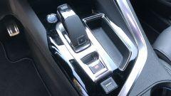 Peugeot 5008 2.0 BlueHDi EAT8 GT: la leva del cambio automatico e (in basso) il pulsante del profilo Sport