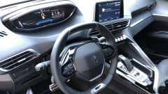 Peugeot 5008 2.0 BlueHDi EAT8 GT: la moderna plancia, l'i-Cockpit e il touchscreen da 10