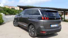 Peugeot 5008 2.0 BlueHDi EAT8 GT: una vista di 3/4 posteriore