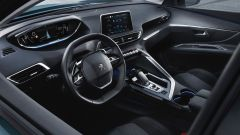 Peugeot 5008: volante dal diametro ridotto, schermo touch da 8 pollici e un'altro da 12,3 davanti al guidatore
