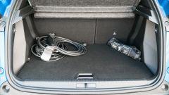 Peugeot e-2008: bagagliaio con cavi di ricarica