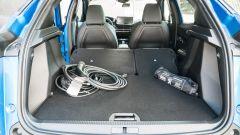 Peugeot e-2008: bagagliaio con schienali abbattuti
