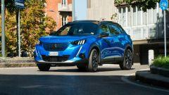 Peugeot e-2008: fra le curve