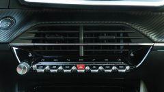Peugeot e-2008: i tasti di clima e radio