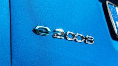 Peugeot e-2008: il bagde sul portellone