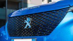 Peugeot e-2008: la calandra