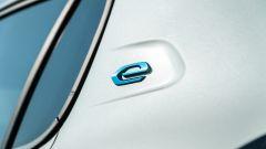 Peugeot e-208: il badge sul montante posteriore