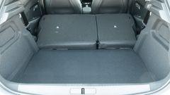 Peugeot e-208: il bagagliaio con schienali abbattuti