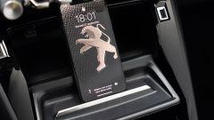 Peugeot e-208: il sostegno per lo smartphone