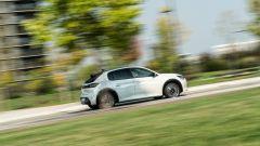 Peugeot e-208: passaggio laterale