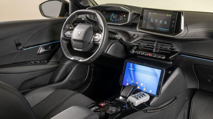 Peugeot e-208 per la Guardia di Finanza: la plancia personalizzata