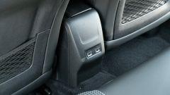 Peugeot e-208: slot USB per ricarica dello smartphone
