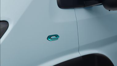 Peugeot e-Boxer elettrico: il badge sul parafango anteriore