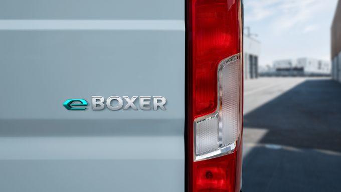 Peugeot e-Boxer elettrico: il logo sul portellone
