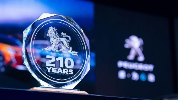 Peugeot e il logo che richiama i 210 anni