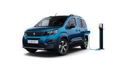 Peugeot e-Rifter alla colonnina di ricarica