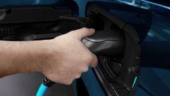 Peugeot e-Rifter, inserendo la spina di ricarica