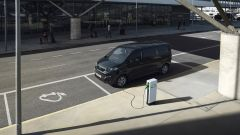 Peugeot e-Traveller: collegato alla colonnina di ricarica
