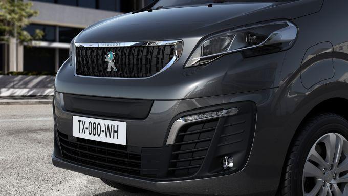 Peugeot e-Traveller: il frontale con il leone cangiante