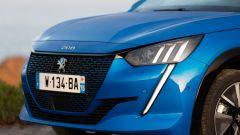 Peugeot e208, il faro anteriore