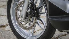 Piaggio Medley 125: il freno anteriore con la ruota fonica e il sensore ABS