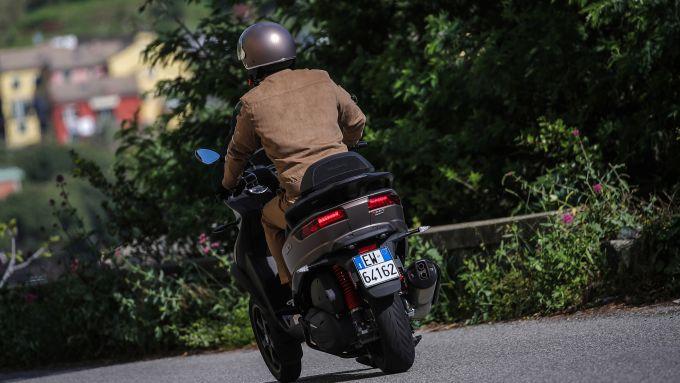 Piaggio MP3 500 hpe Sport Advanced 2021: vista posteriore