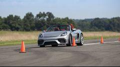 Porsche 718 Spyder, lo slalom da record di una 16enne. Il Video