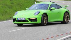 Porsche 911: foto spia di una misteriosa versione della 992