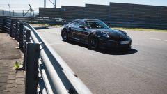 Porsche 911 GT2 RS: l'auto nel tratto interno del circuito
