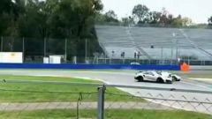 Porsche 911 GT2 vs Pagani Huayra BC: un frame del video dello scontro