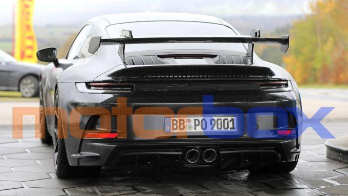 Porsche 911 GT3: i supporti ''al contrario'' dell'ala posteriore