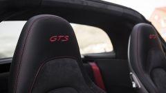 Porsche 911 GTS: la sigla identificativa cucita nei poggiatesta