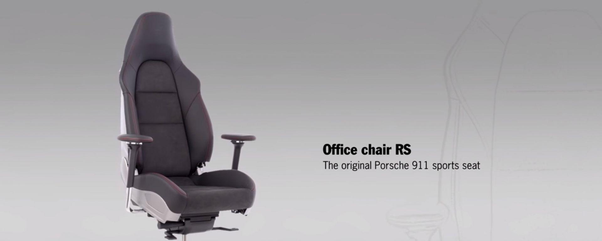 In ufficio seduti su una Porsche 911