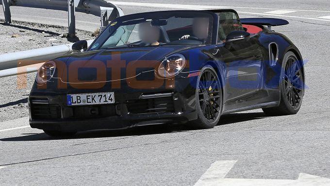 Porsche 911 Turbo Cabrio 2020: lo spoiler attivo sotto al muso è in posizione estesa