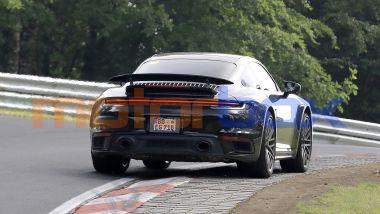 Porsche 911 Turbo Hybrid: l'adesivo giallo sul lunotto nasconde un segreto?