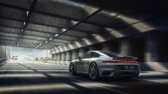 Porsche 911 Turbo S 2020 in corsa